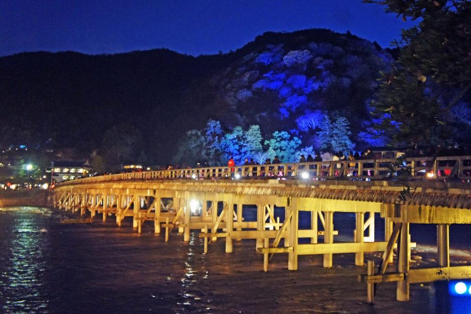 京都・嵐山のシンボル的存在の渡月橋を含む周辺は絶好の紅葉スポット!渡月橋とその周辺の紅葉に関する情報をまとめました!