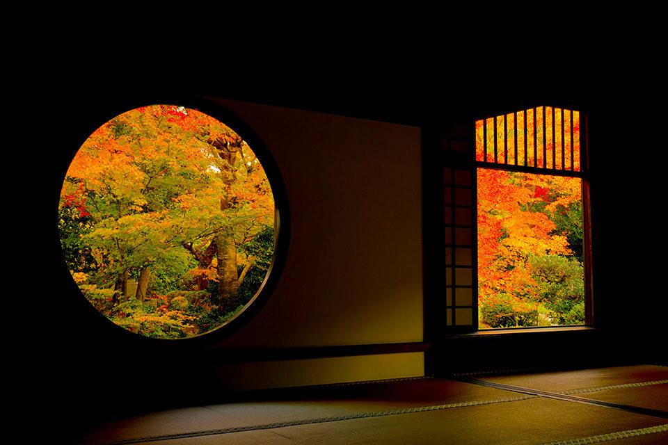源光庵の窓から見る紅葉