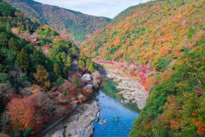 京都の保津峡の紅葉